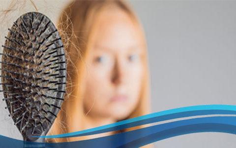mulher com queda de cabelo por estresse