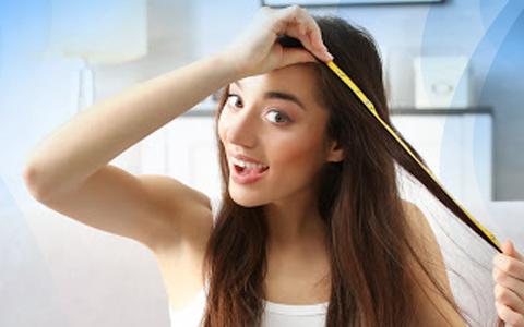 Fases do cabelo - mulher medindo o crescimento dos fios